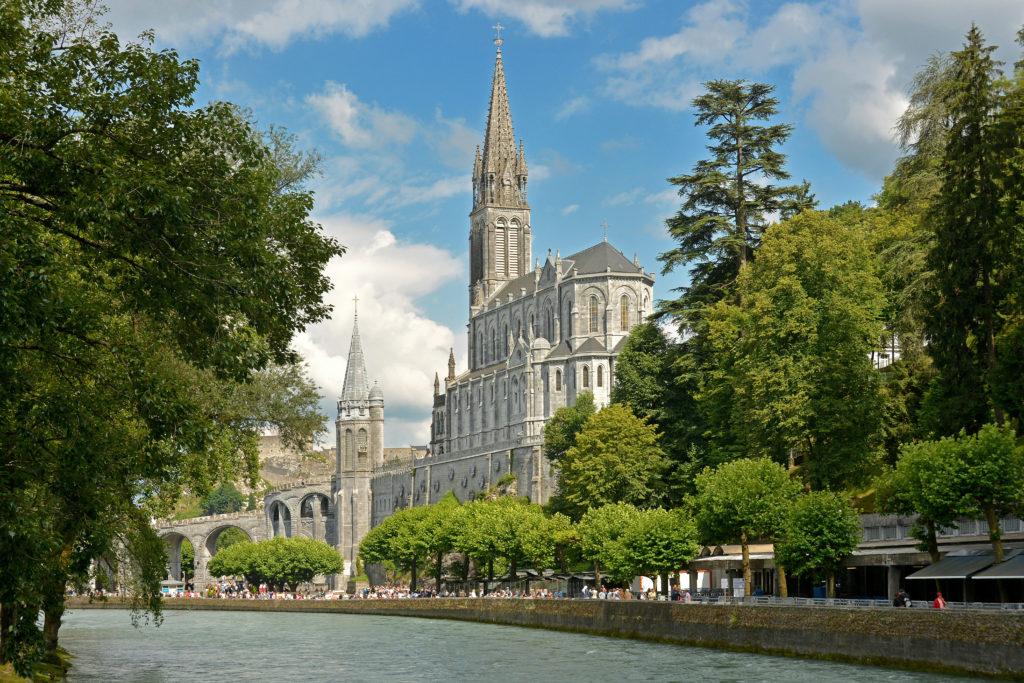 Basilique Notre-Dame du Rosaire et le Gave de Pau.