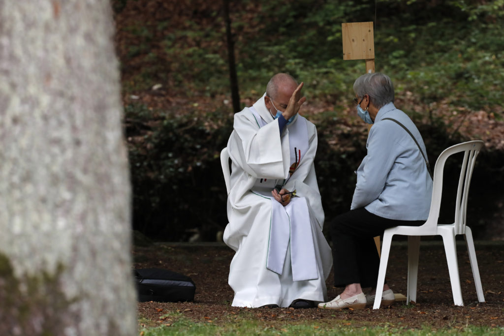 Confession entre prêtre et une fidèle